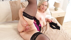 Busty mature BBW Shooting Fame dildos her hot cunt